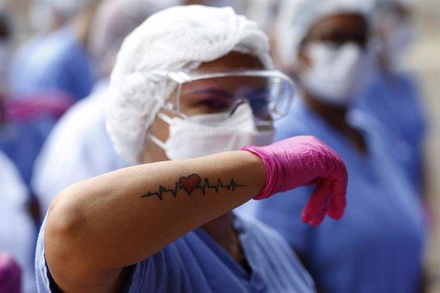 Una trabajadora del sector sanitario durante la celebración del cierre del hospital de campaña levantada en el Estadio Nacional en Brasilia, Brasil, con motivo de la crisis del nuevo coronavirus.