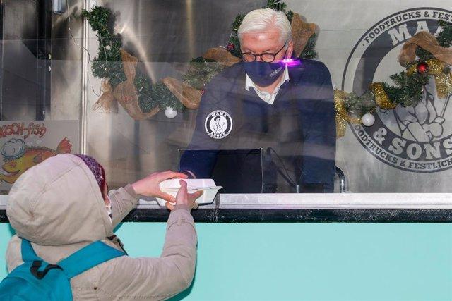 Frank-Walter Steinmeier, presidente de Alemania, repartiendo comida a personas sin hogar en Berlín