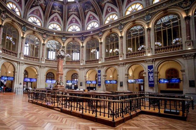 Vista de la Bolsa de Madrid (España), a 11 de septiembre de 2020. El Ibex 35 descendía un 0,95% en la media sesión de este viernes, lo que llevaba al selectivo a situarse en los 6.932,7 enteros a las 12.05 horas, un día después de la reunión del Banco Cen
