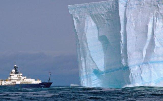 Un iceberg tabular en el Océano Austral