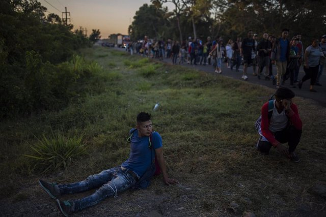 18 January 2019, Mexico, Ciudad Hidalgo: A migrant rests on the edge of a country road on his way through the Mexican Chiapas. The group of Central American migrants has crossed the border between Guatemala and Mexico at Tecun Uman. They flee violence and