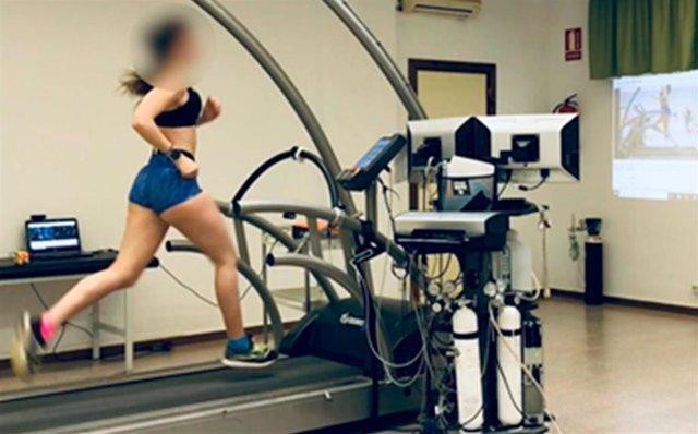 Una joven triatleta en una prueba