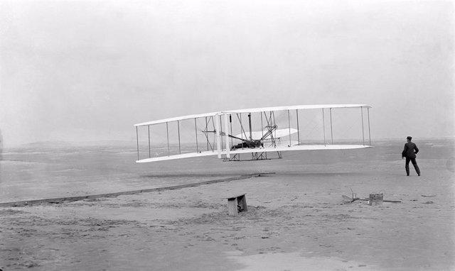 Fotografía original del primer vuelo con motor de la historia el 17 de diciembre de 1903. A los mandos Orville Wright; a la derecha, su hermano Wilbur.
