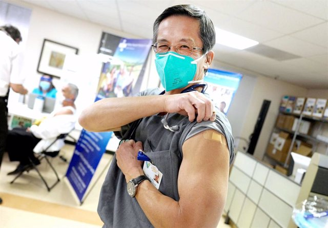 17 December 2020, US, Whittier: Doctor LEO LI shows off his bandage where he received his coronavirus (COVID-19) vaccine shot at Whittier Hospital Medical Center. Photo: Keith Birmingham/Orange County Register via ZUMA/dpa