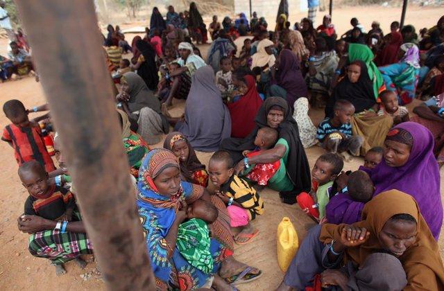 Refugiados de Somalia esperan al proceso de registro en el campamento de Dadaab, en Kenia