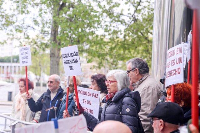 Defensores de la eutanasia participan con pancartas reivindicativas en una manifestación frente a los Juzgados de Plaza de Castilla organizada por la Asociación Derecho a Morir Dignamente en apoyo a Ángel Hernández, el hombre imputado por haber ayudado a