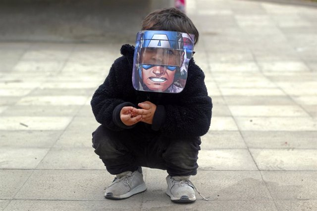 dpatop - 09 June 2020, Chile, Santiago: A child wears a full protection mask with the figure of Captain America. Chile has confirmed 138846 cases of coronavirus (COVID-19). Photo: Sebastian Silva/ZUMA Wire/dpa
