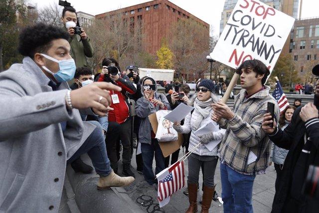 Manifestantes a favor y en contra de las restricciones por la pandemia de coronavirus en Nueva York