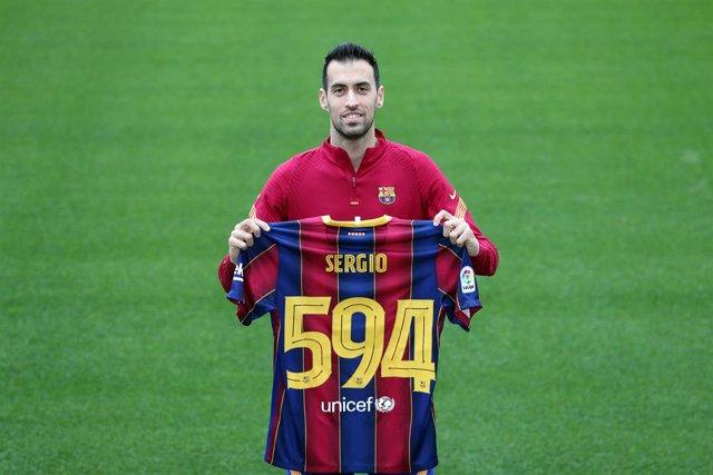 El jugador del FC Barcelona Sergio Busquets celebra alcanzar la cifra de 594 partidos oficiales con la camiseta blaugrana, cifra que le sitúa en la cuarta posición de jugadores con más duelos y con la que supera a Carles Puyol