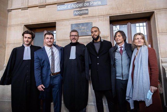 Alek Skarlatos y Anthony Sadler, los militares estadounidenses que evitaron el ataque en un tren Thalys en agosto de 2015 junto con abogados franceses
