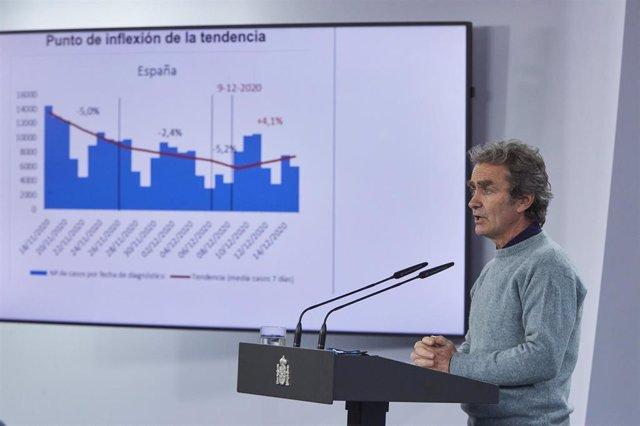 El director del Centro de Coordinación de Alertas y Emergencias Sanitarias (CCAES), Fernando Simón, ofrece una rueda de prensa para informar sobre la evolución de la pandemia de coronavirus, en el Ministerio de Sanidad, Madrid (España), a 17 de diciembre