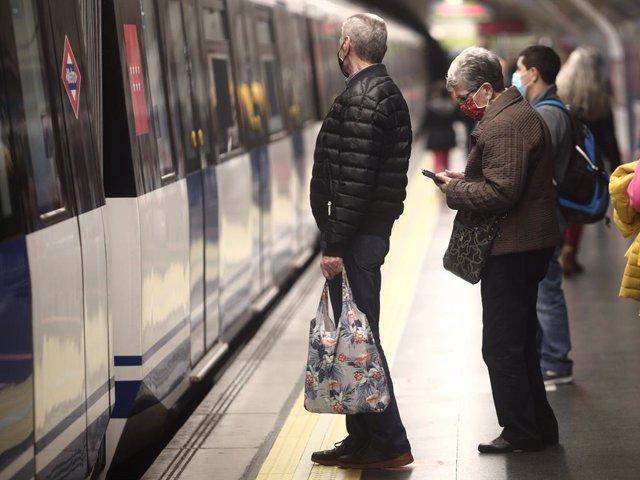 Pasajeros en el metro de Oporto, Madrid (España), a 17 de noviembre de 2020.