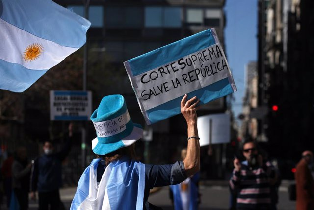 Imagen de archivo de una mujer en Argentina en apoyo a la Justicia.