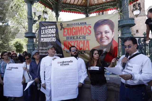 Compañeros de la periodista Miroslava Breach durante un acto celebrado en 2017 para exigir justicia por su asesinato.