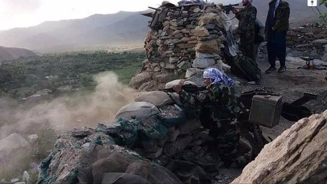 Militares del Ejército afgano disparando desde una posición en el centro de Afganistán