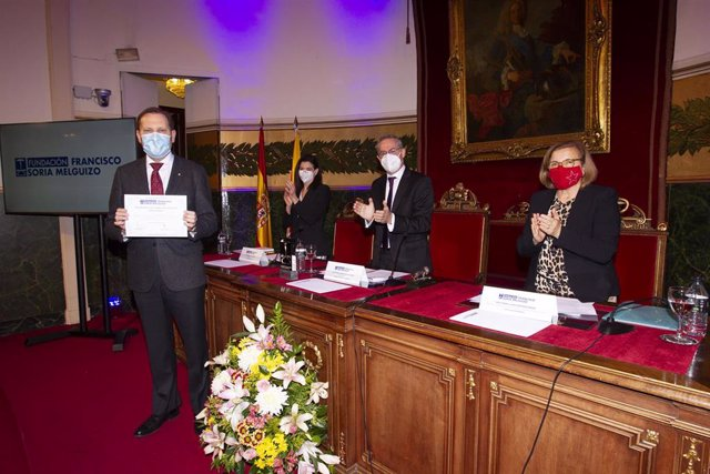 El doctor Álvaro Pascual en el momento de la recepción del premio