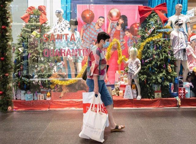 Una mujer con mascarilla paseando por Sídney