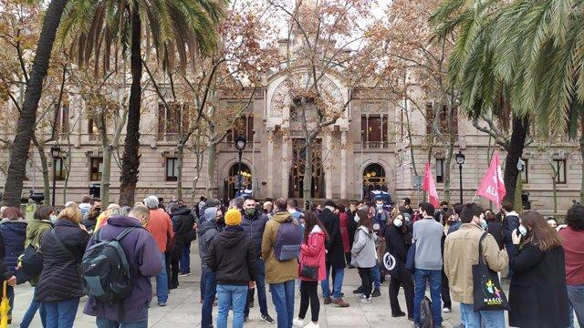 Concentració de suport al judici per la protesta 'Holi' contra Jusapol a Barcelona el 2018