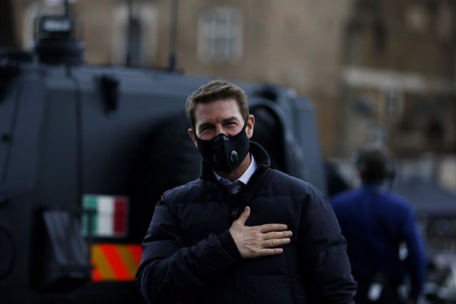 12 October 2020, Italy, Rome: US actor Tom Cruise wearing a face mask greets his fans during a shoot of Mission Impossible 7 on the Roman Forum. Photo: Cecilia Fabiano/LaPresse via ZUMA Press/dpa