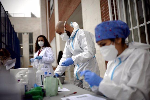 Sanitarios realizando  tests de RT-PCR en saliva.