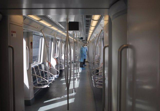 Desinfección de un vagón de metro en Ciudad de Panamá