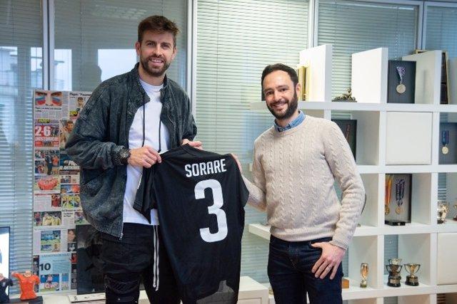 El jugador del FC Barcelona, Gerard Piqué, y el CEO de Sorare, Nicolas Julia, posando tras el anuncio de una inversión de capital por parte del futbolista con un fondo estadounidense en la compañía de fútbol fantasy.
