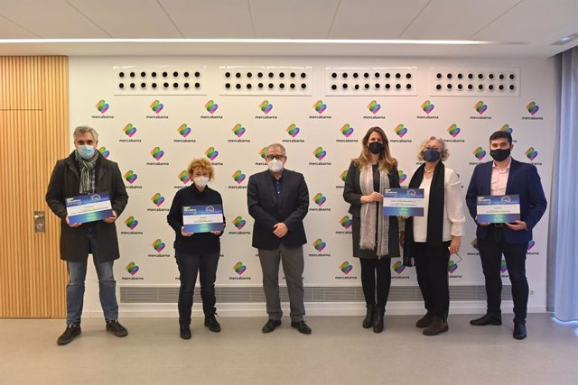 Els guanyadors dels premis Mercabarna Innov (d'izq a der): Manel Finestres, Conrear; Núria Gustems, Gran Blau; Jordi Valls, Mercabarna; Sabine Schara i Anna Batlle, Schara; i Fernando Serra, Laumont