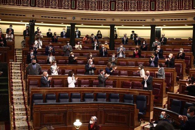 Diversos membres del PSOE aplaudeixen durant una sessió plenària al Congrés. Madrid (Espanya), 17 de desembre del 2020.
