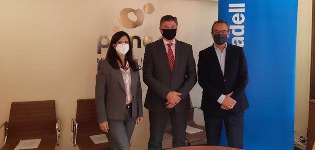 El secretari general de Pimec, Antoni Cañete, i el director territorial del Banc Sabadell, Enric Rovira, en la signatura del conveni de col·laboració per impulsar el teixit productiu català