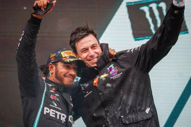 Hamilton y Wolff celebran una victoria de Mercedes