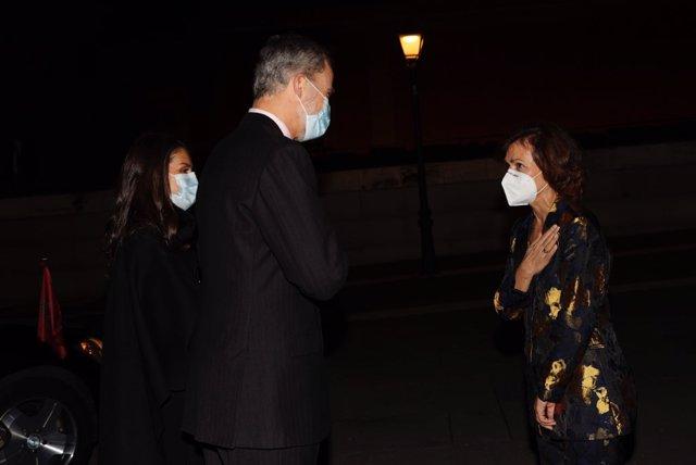Los Reyes Felipe y Letizia saludan a la vicepresidenta del Gobierno, Carmen Calvo, antes de la entrega del Premio de Periodismo 'Francisco Cerecedo', en el Museo del Prado Madrid (España), a 18 de noviembre de 2020.Este año la Asociación de Periodistas Eu