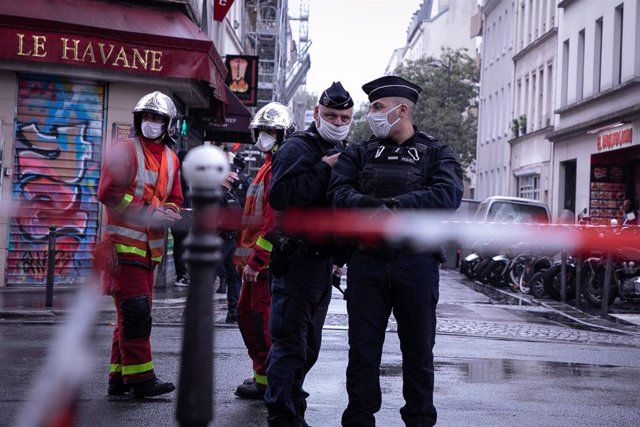 25 September 2020, France, Paris: Armed French policemen deploy at the scene of the knife attack near the former editorial offices of the satirical magazine Charlie Hebdo. Photo: Andreina Flores/SOPA Images via ZUMA Wire/dpa