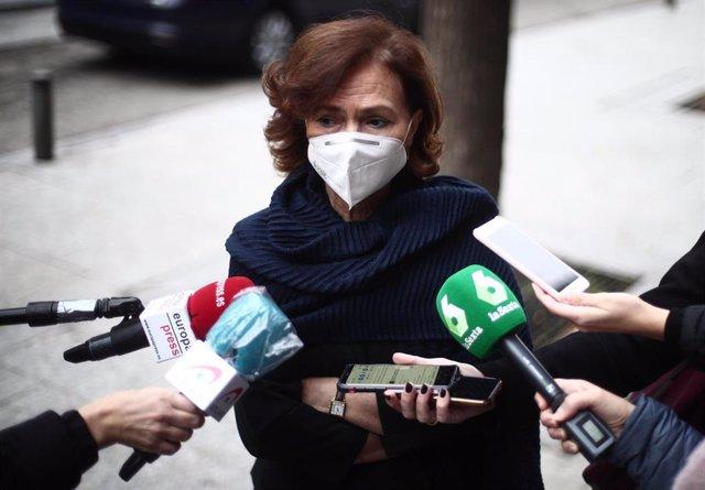 La vicepresidenta primera, Carmen Calvo, atendiendo a los periodistas antes de entrar en el acto