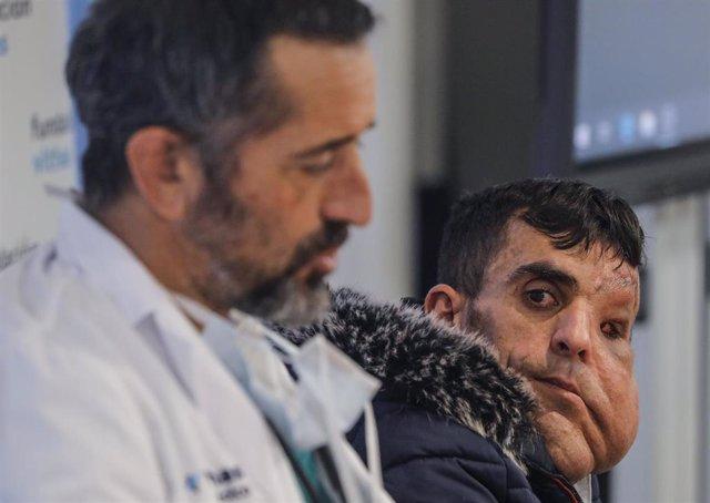Ali Amnad Rifi, un paciente de 30 años procedente de Marruecos, al que el doctor Cavadas ha practicado tres cirugías para extirparle una tumoración gigante que hacía que su cara llegase hasta por debajo de la cintura.
