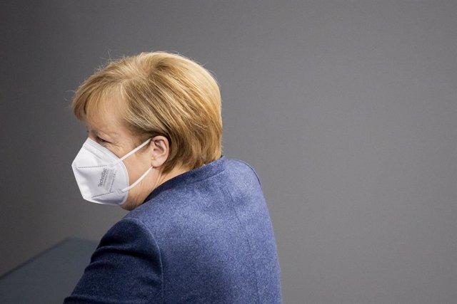 Merkel llegando al Parlamento para la sesión de control al Gobierno