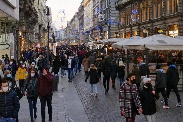 Personas paseando por el centro de Milán