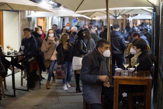 Ciudadanos en la terraza de un bar de Lugo a 12 de diciembre de 2020. La ciudad de Lugo, junto a Pontevedra, ha optado por relajar las restricciones en la hostelería impuestas por la pandemia de coronavirus aunque aún no se ha reabierto la movilidad.