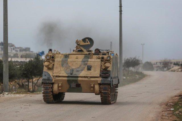 Un rebelde en un vehículo blindado en la provincia de Idlib, en el noroeste de Siria