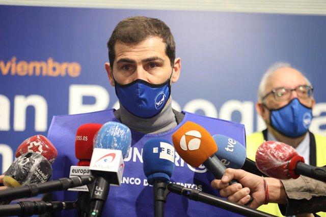 El futbolista Iker Casillas, colaborador habitual del Banco de Alimentos, se dirige a los medios durante la inauguraicón de la VIII edición de la Gran Recogida de Alimentos, en Pozuelo de Alarcón, Madrid (España), a 16 de noviembre de 2020. Este año,  deb