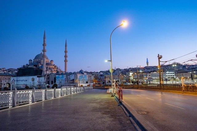 Vista general del puente de Gálata, en Estambul (Turquía), durante el confinamiento por la pandemia de coronavirus
