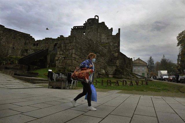 Una persona camina por una de las calles de Ribadavia el día de la entrada en vigor de nuevas medidas y del cierre perimetral del municipio debido a la crisis del Covid-19, en Ribadavia, Ourense, Galicia, (España), a 14 de noviembre de 2020. Este y otros