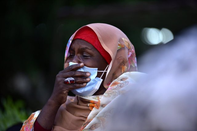 27 November 2020, Sudan, Khartoum: A Sudanese woman cries during the funeral of Sadiq al-Mahdi, Sudan's last democratically elected prime minister and leader of the country's largest political party, who has died of coronavirus (COVID-19) in a hospital in