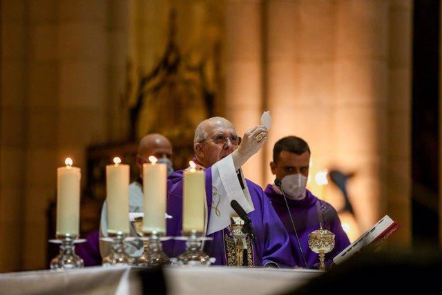 El cardenal arzobispo de Madrid y vicepresidente de la Conferencia Episcopal Española (CEE), Carlos Osoro, oficia el funeral en memoria de los médicos fallecidos por la pandemia de Covid-19, en la Catedral de Santa María la Real de la Almudena, Madrid, (E
