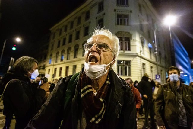 09 October 2020, Slovenia, Ljubljana: A protester chants slogans during an anti-government protest. For the 25th consecutive Friday, people in Ljubljana protested against the government of Prime Minister Janez Jansa amid continuous reports of its corrupti