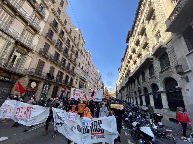Manifestació de l'esquerra independentista aquest dissabte en el seu pas per la via Laietana de Barcelona.