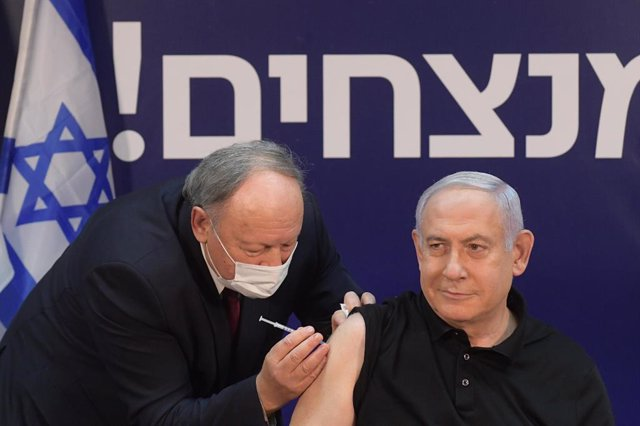 HANDOUT - 19 December 2020, Israel, Ramat Gan: Israeli Prime Minister Minister Benjamin Netanyahu (R) receives a coronavirus disease (COVID-19) vaccine at Sheba Medical Center. Photo: Amos Ben-Gershom/GPO/dpa - ATTENTION: editorial use only and only if th