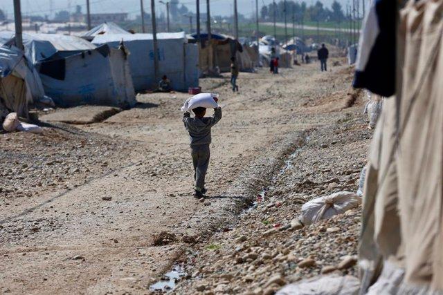 Un niño en un campo de desplazados en Irak