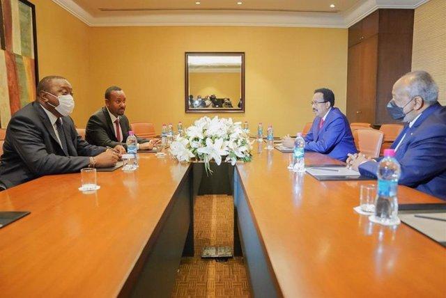 El presidente de Kenia, Uhuru Kenyatta (izq, primer plano) y el presidente de Somalia, Mohamed Abdullahi (dcha., fondo)