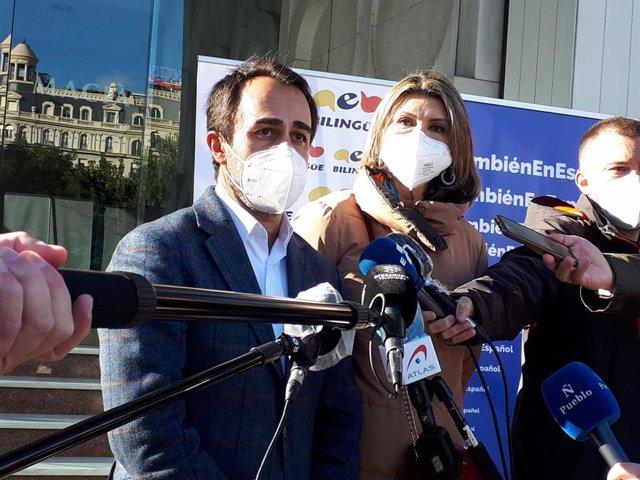 El Portaveu Del PP A l'Ajuntament De Barcelona, Óscar Ramírez, I La Diputada Al Congrés María Dels Llanos de Luna.