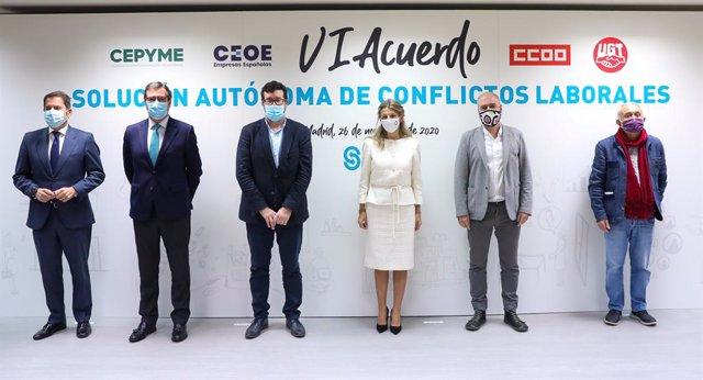 (E-D) El president de Cepime, Gerardo Cuevas; el president de CEOE, Antonio Garamendi; el secretari d'Estat d'Ocupació, Joaquín Pérez Rey; la ministra de Treball, Yolanda Díaz; el líder de CCOO, Unai Sordo; i el líder d'UGT, Pepe Álvarez.